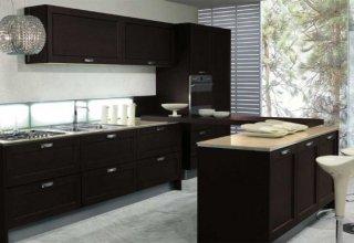 Функциональность и простота форм, и его больше используют для оформления кухонь в городских квартирах, чем в загородных домах.